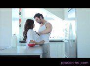 Namorada peituda dando na cozinha